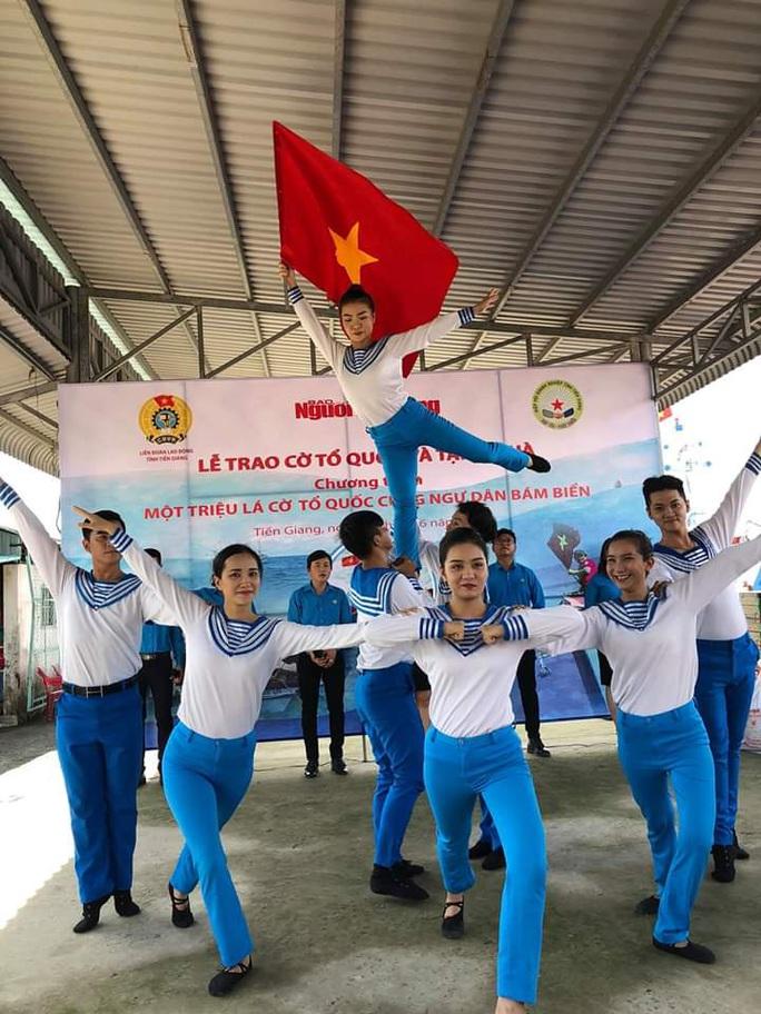 Trao 2.000 lá cờ Tổ quốc và quà cho ngư dân Tiền Giang - Ảnh 1.
