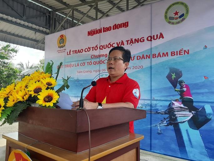 Trao 2.000 lá cờ Tổ quốc và quà cho ngư dân Tiền Giang - Ảnh 3.