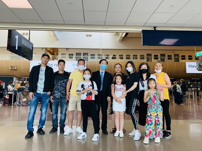 Sân bay Nội Bài đón 310 người Việt từ Thụy Điển và Phần Lan về nước - Ảnh 4.