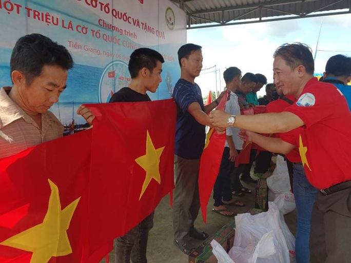 Trao 2.000 lá cờ Tổ quốc và quà cho ngư dân Tiền Giang - Ảnh 12.