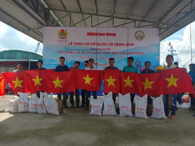 Trao 2.000 lá cờ Tổ quốc và quà cho ngư dân Tiền Giang - Ảnh 15.