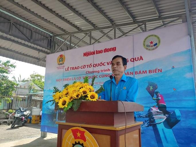Trao 2.000 lá cờ Tổ quốc và quà cho ngư dân Tiền Giang - Ảnh 7.