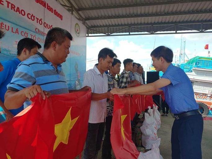 Trao 2.000 lá cờ Tổ quốc và quà cho ngư dân Tiền Giang - Ảnh 13.