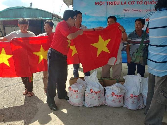 Trao 2.000 lá cờ Tổ quốc và quà cho ngư dân Tiền Giang - Ảnh 11.