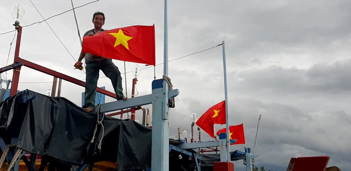 Trao 2.000 lá cờ Tổ quốc và quà cho ngư dân Tiền Giang - Ảnh 5.