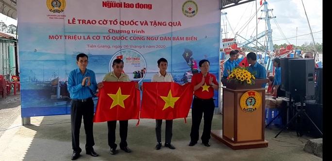 Trao 2.000 lá cờ Tổ quốc và quà cho ngư dân Tiền Giang - Ảnh 14.