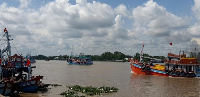 Trao 2.000 lá cờ Tổ quốc và quà cho ngư dân Tiền Giang - Ảnh 18.