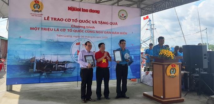 Trao 2.000 lá cờ Tổ quốc và quà cho ngư dân Tiền Giang - Ảnh 4.