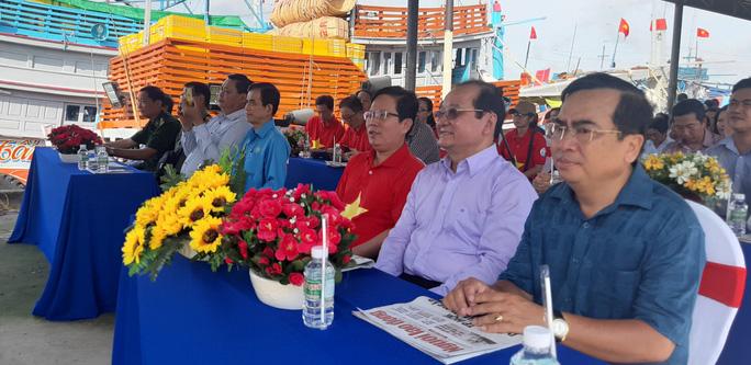 Trao 2.000 lá cờ Tổ quốc và quà cho ngư dân Tiền Giang - Ảnh 2.