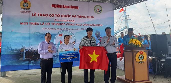 Trao 2.000 lá cờ Tổ quốc và quà cho ngư dân Tiền Giang - Ảnh 8.