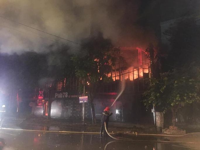 Chùm ảnh quán bar lớn ở TP Vinh bốc cháy ngùn ngụt trong đêm - Ảnh 2.