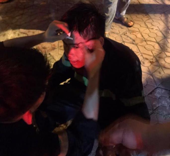 Chùm ảnh quán bar lớn ở TP Vinh bốc cháy ngùn ngụt trong đêm - Ảnh 5.