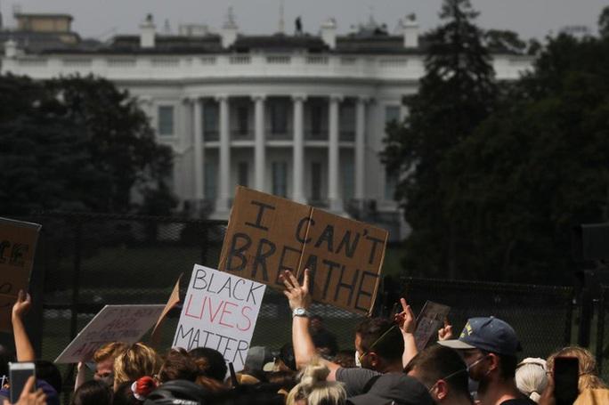 Hàng chục ngàn người Mỹ biểu tình, Nhà Trắng thành pháo đài - Ảnh 2.