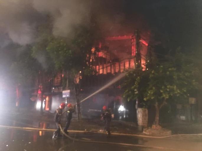 Chùm ảnh quán bar lớn ở TP Vinh bốc cháy ngùn ngụt trong đêm - Ảnh 4.