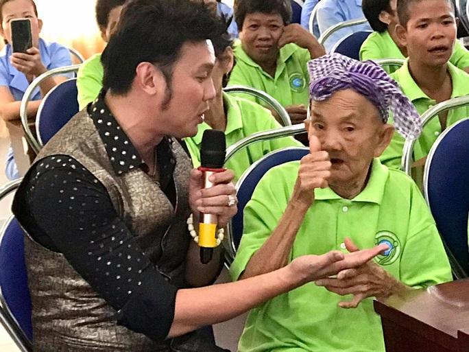 NSƯT Kim Tiểu Long mang tiếng hát đến khán giả bại liệt - Ảnh 3.