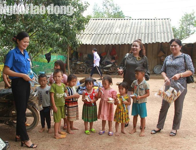 Trưởng Ban Dân tộc tỉnh Đắk Lắk tới nhà 4 em nhỏ ăn cơm nguội với ve sầu - Ảnh 3.