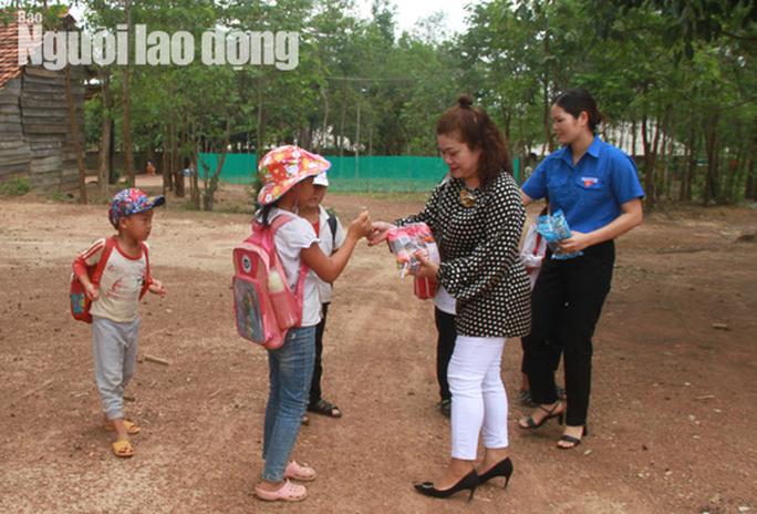 Trưởng Ban Dân tộc tỉnh Đắk Lắk tới nhà 4 em nhỏ ăn cơm nguội với ve sầu - Ảnh 2.
