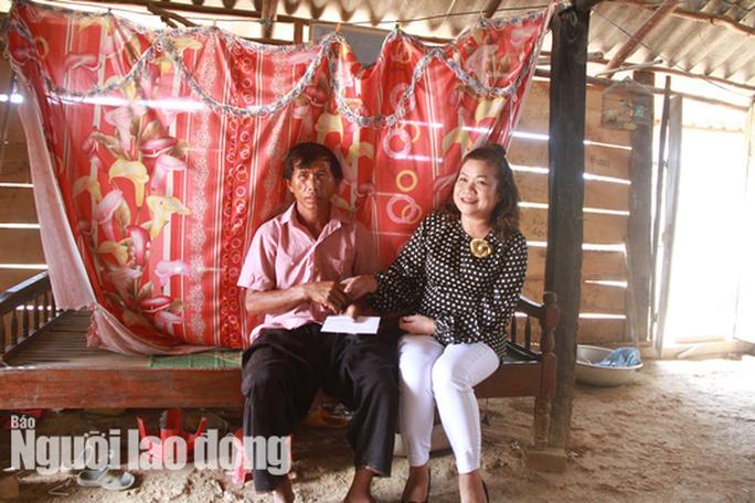 Trưởng Ban Dân tộc tỉnh Đắk Lắk tới nhà 4 em nhỏ ăn cơm nguội với ve sầu - Ảnh 1.