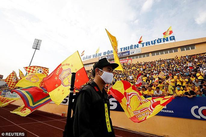 Truyền thông châu Âu ngỡ ngàng với sự trở lại của bóng đá Việt - Ảnh 1.