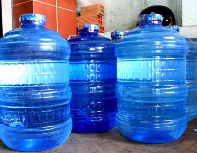 Bỏ thuốc độc vào bình nước uống để đầu độc gia đình người yêu - Ảnh 1.