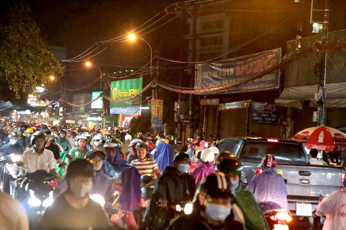 TP HCM: Hàng ngàn người bì bõm trong đêm sau mưa lớn - Ảnh 4.