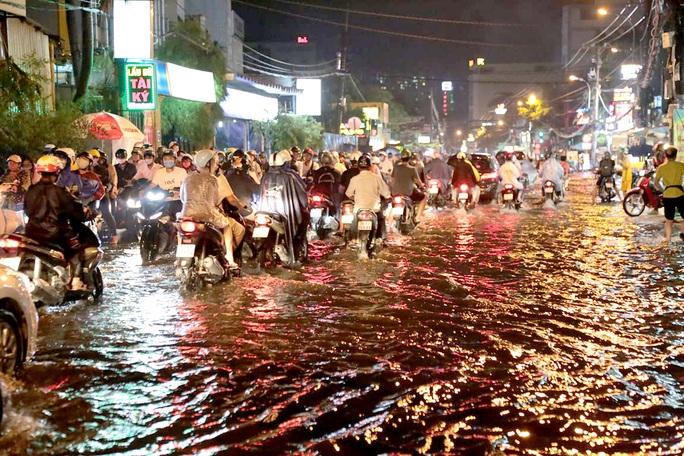 TP HCM: Hàng ngàn người bì bõm trong đêm sau mưa lớn - Ảnh 1.