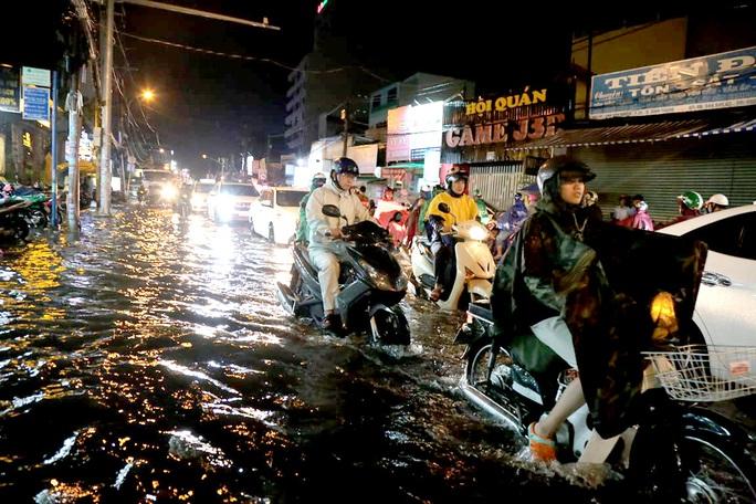 TP HCM: Hàng ngàn người bì bõm trong đêm sau mưa lớn - Ảnh 3.