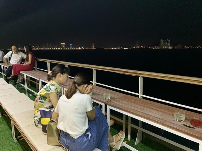 Trải nghiệm thú vị ngắm hoàng hôn trên vịnh Nha Trang  - Ảnh 7.
