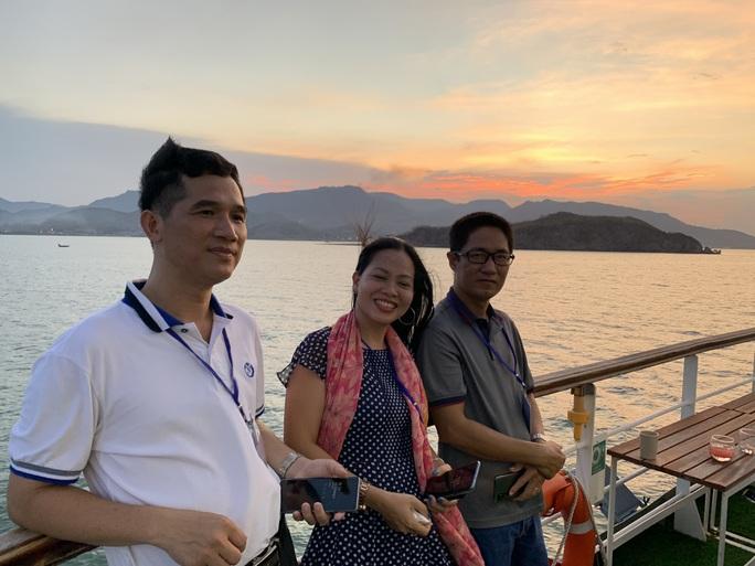 Trải nghiệm thú vị ngắm hoàng hôn trên vịnh Nha Trang  - Ảnh 3.