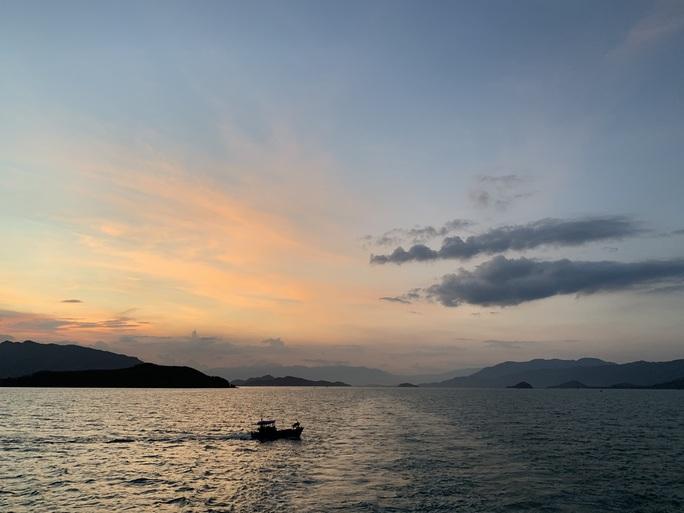 Trải nghiệm thú vị ngắm hoàng hôn trên vịnh Nha Trang  - Ảnh 2.