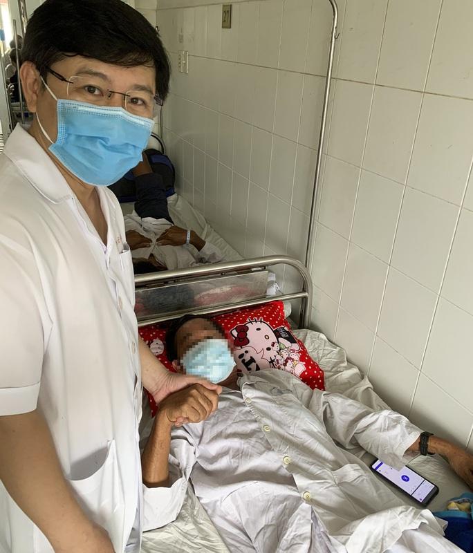 Người đàn ông bị cánh quạt tạo oxy ao tôm cuốn bộ phận sinh dục - Ảnh 2.