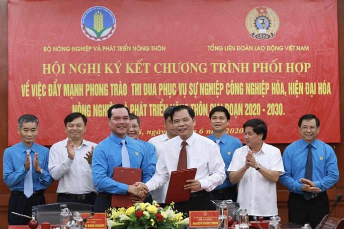 Tổng LĐLĐ Việt Nam và Bộ NN-PTNT ký kết chương trình phối hợp - Ảnh 1.