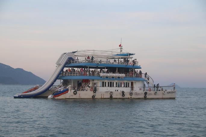 Trải nghiệm thú vị ngắm hoàng hôn trên vịnh Nha Trang  - Ảnh 1.
