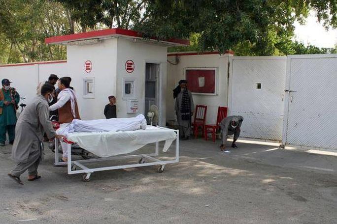"""Quân đội Afghanistan """"nã nhầm súng cối vào chợ"""", 23 dân thường chết oan - Ảnh 1."""