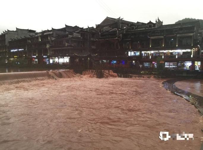 Phượng Hoàng cổ trấn thượng nguồn đập Tam Hiệp bị ngập lụt - Ảnh 3.