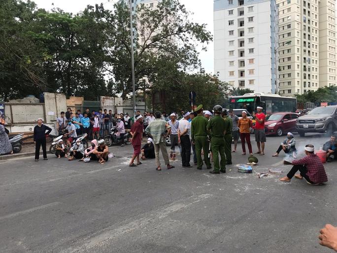 Hàng chục người mang di ảnh người thân bị tai nạn giao thông ngồi dàn hàng ngang ra đường - Ảnh 4.