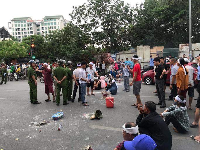 Hàng chục người mang di ảnh người thân bị tai nạn giao thông ngồi dàn hàng ngang ra đường - Ảnh 3.
