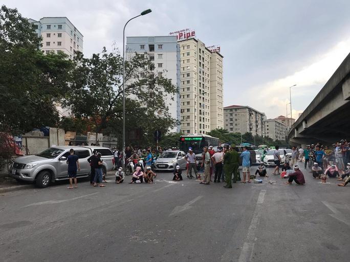 Hàng chục người mang di ảnh người thân bị tai nạn giao thông ngồi dàn hàng ngang ra đường - Ảnh 5.