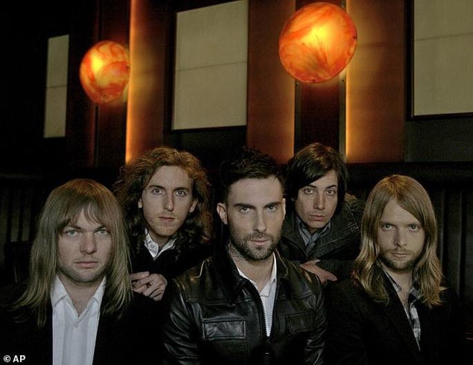Tay bass của Maroon 5 bị bắt vì cáo buộc bạo hành - Ảnh 2.