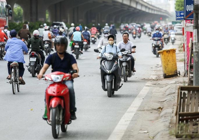 CLIP: Dòng người cùng phương tiện thản nhiên đi ngược chiều trên đường vành đai 3 bất chấp nguy hiểm - Ảnh 2.