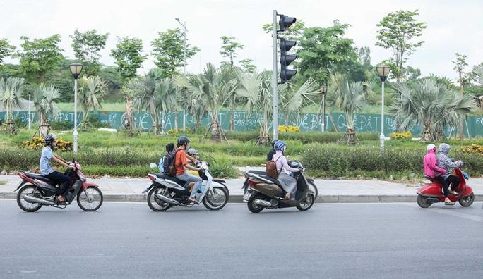 CLIP: Dòng người cùng phương tiện thản nhiên đi ngược chiều trên đường vành đai 3 bất chấp nguy hiểm - Ảnh 7.