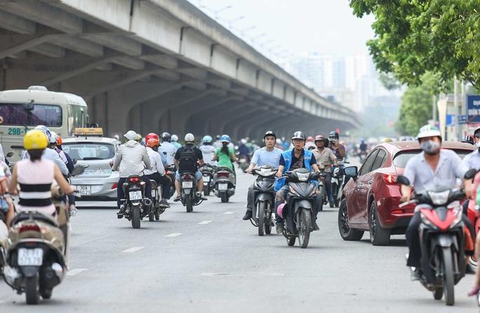 CLIP: Dòng người cùng phương tiện thản nhiên đi ngược chiều trên đường vành đai 3 bất chấp nguy hiểm - Ảnh 10.