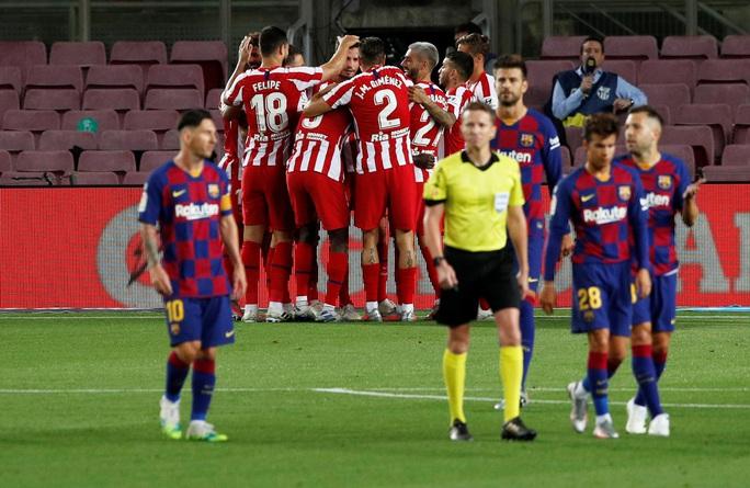 Messi lập siêu kỷ lục bàn thắng, Barcelona trên bờ vực mất ngôi - Ảnh 4.