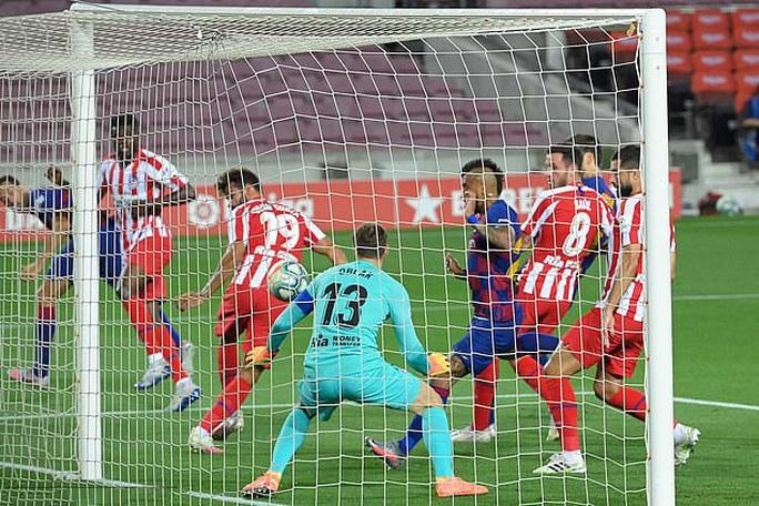 Messi lập siêu kỷ lục bàn thắng, Barcelona trên bờ vực mất ngôi - Ảnh 2.