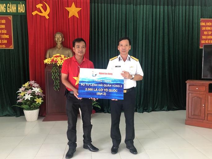 Trao 2.000 lá cờ Tổ quốc cho ngư dân ở cửa biển lớn nhất Bạc Liêu - Ảnh 1.