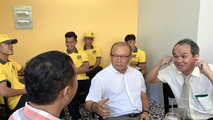 Trước giờ hội quân U22 Việt Nam, HLV Park Hang-seo bất ngờ đổi vé bay vào gặp bầu Đức - Ảnh 2.