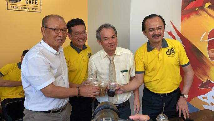 Trước giờ hội quân U22 Việt Nam, HLV Park Hang-seo bất ngờ đổi vé bay vào gặp bầu Đức - Ảnh 4.