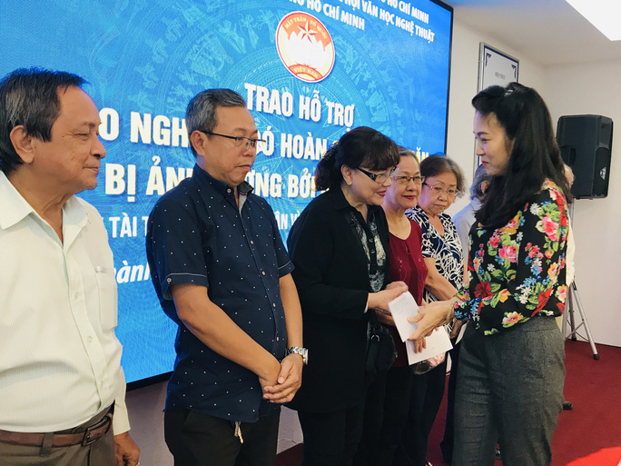 NSƯT Thanh Nguyệt xúc động nhận quà hỗ trợ dịch bệnh Covid-19 - Ảnh 3.