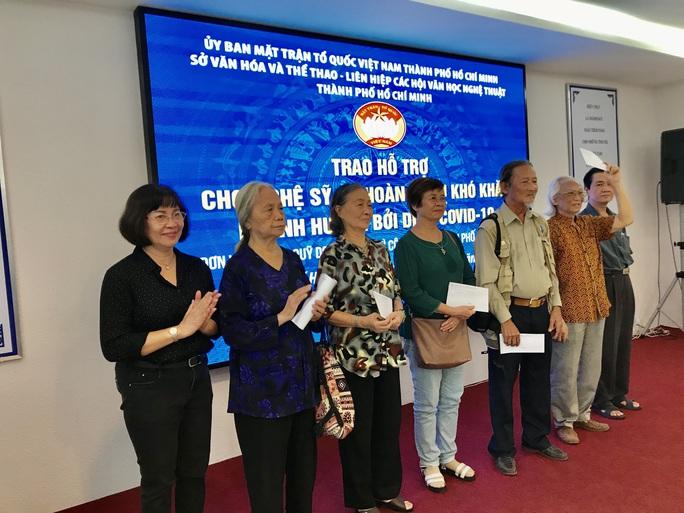 NSƯT Thanh Nguyệt xúc động nhận quà hỗ trợ dịch bệnh Covid-19 - Ảnh 4.