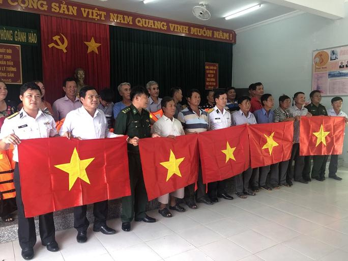 Trao 2.000 lá cờ Tổ quốc cho ngư dân ở cửa biển lớn nhất Bạc Liêu - Ảnh 4.